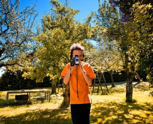 Der junge Filmemacher Alexander Räss mit Kamera