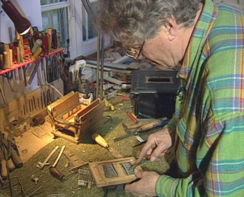 Alois Blüml repariert eine Drehorgel