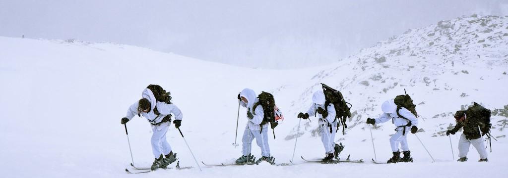 Gebirgssoldaten während des Edelweiß Raid beim Aufstieg mit Skiern.