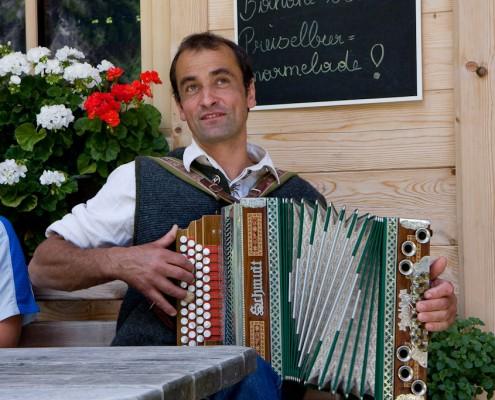 Sepp Mair mit seiner Ziach auf der Finkalm