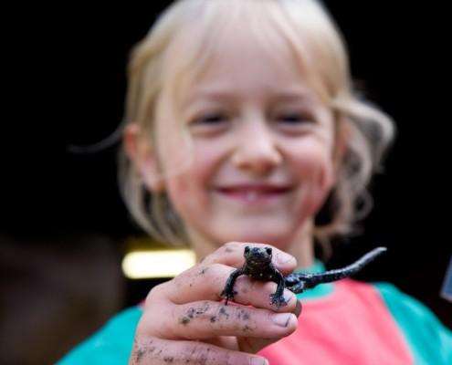 Mädchen auf der Finkalm mit Salamander