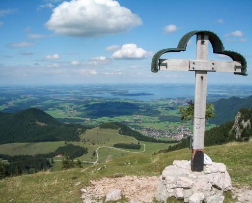 Laubenstein Gipfelkreuz mit Chiemsee